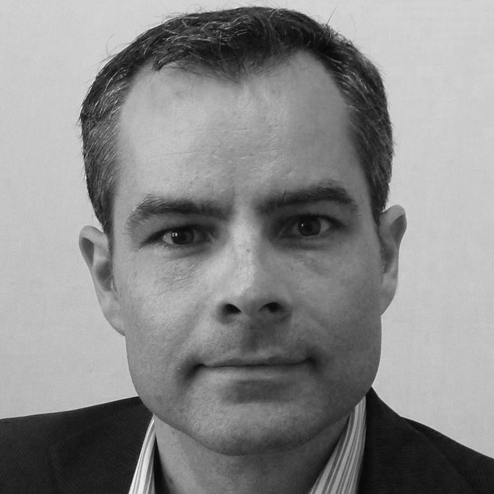 David Gombeaud Saintonge, responsabile di SafeStart nell'Europa meridionale e nei paesi del Mediterraneo, profilo, ritratto, bianco e nero, SafeStart, SafeStart International, abitudini in tema di sicurezza, sicurezza sul posto di lavoro, sicurezza sul lavoro, migliorare la cultura della sicurezza, incentivare la consapevolezza della sicurezza, ridurre gli errori umani, ridurre gli infortuni, riduzione degli infortuni, ridurre i tassi di incidenti, migliorare le cifre aziendali, prevenire gli errori critici, implementare un cambiamento positivo della cultura nella vostra azienda, promuovere l'impegno dei collaboratori, incentivare l'impegno dei collaboratori, sicurezza 24 h su 24/7 giorni su 7, sicurezza 24 ore su 24, essere sicuri 24 ore su 24/ 7 giorni su 7, modelli comportamentali sicuri, apprendere i comportamenti sicuri, acquisire competenze universali in materia di sicurezza, competenze in materia di sicurezza per le famiglie, competenze in materia di sicurezza per i bambini, competenze in materia di sicurezza per tutti, formazione sulla sicurezza per i collaboratori, sicurezza per l'intera azienda, formazione sulla sicurezza per i bambini, migliorare l'efficienza operativa, migliorare la qualità, abitudini correlate alla sicurezza, comportamento correlato alla sicurezza, modelli di rischio, garantire prestazioni elevate, stati critici, decisioni critiche, errori critici, come avvengono gli infortuni, come prevenire gli infortuni, come prevenire gli incidenti