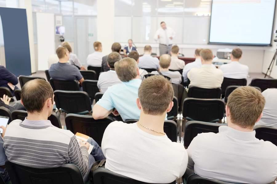 I partecipanti al seminario ascoltano l'istruttore nell'ambiente del seminario